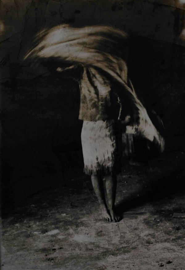photographie, sépia, femme de dos, debout, voile, mouvement