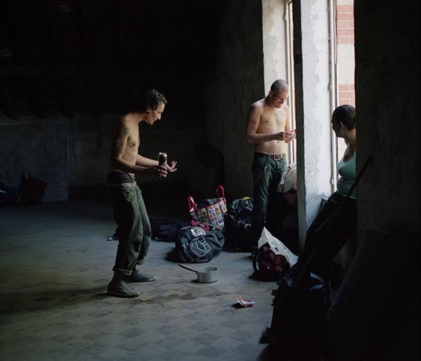 photographie, couleur, deux hommes, une femme, punks, près d'une fenêtre