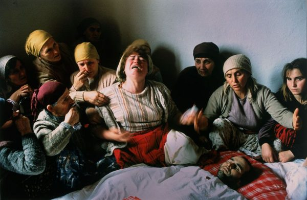 Georges MERILLON, Veillée funèbre de Nasimi Elshani, Kosovar, Kosovo, 1990