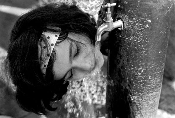 ©SCIANNA-Ferdinando_1961_Fille-buvant-a-une-fontaine_Bagheria-Sicile